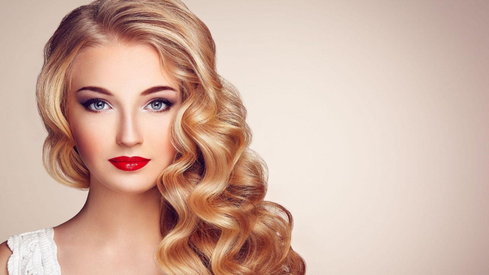 תמונה של בלונדינית יפהפייה מאופרת על רקע צבע בז' שמפנה לדף תכשירי שיער לעיצוב של מילר